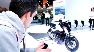 Смотрим на мотоцикл Honda, который стоит сам!