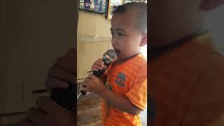 e bé 4 tuổi hát karaoke