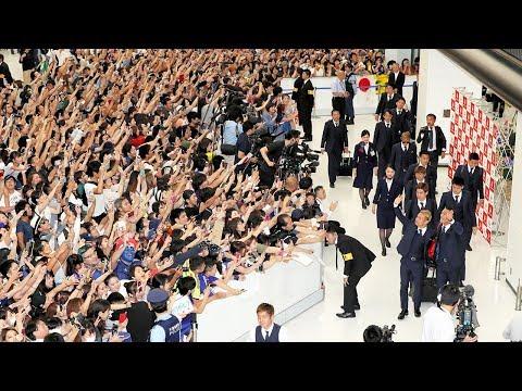 ワールドカップ日本代表が帰国 空港に約800人が出迎え