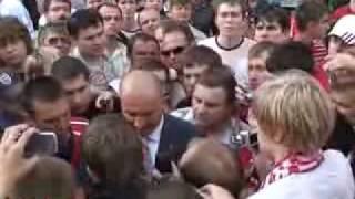 Выход Черчесова к толпе фанатов