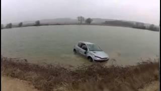 Video Drift en voiture qui se finit dans un lac download MP3, 3GP, MP4, WEBM, AVI, FLV Oktober 2017