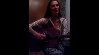 Поет песню на мордовском языке