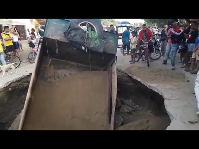 """Pavimento """"se tragó"""" camión volteo en Ciénaga"""
