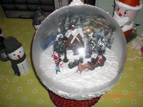 Eine große Weihnachtskugel aus Acryl  als Schneeball  mit Winterdorf