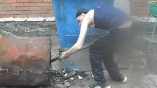 Федор уберает мусор