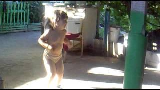 2 х летняя девочка танцует под Волгоградского комбайнера
