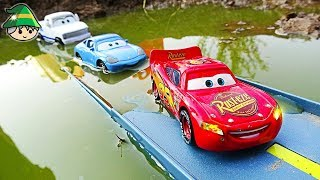Disney Lightning McQueen, find the school bus in the water. Learning color by car video.