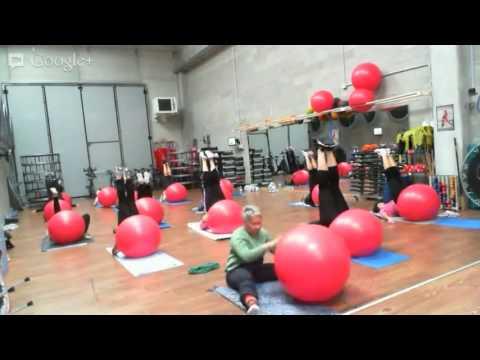 Monya fitness Giwa propone una lezione di yoga con fitball previo stretching