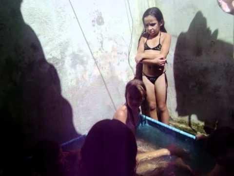 as priminha tomando banho na piscina de