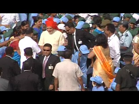 Narendra Modi ignores security cordon, meets school children at Red Fort