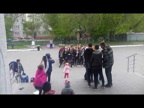 Старшекласники отжигают возле гимназии  номер 17 в Новосибирске !!!