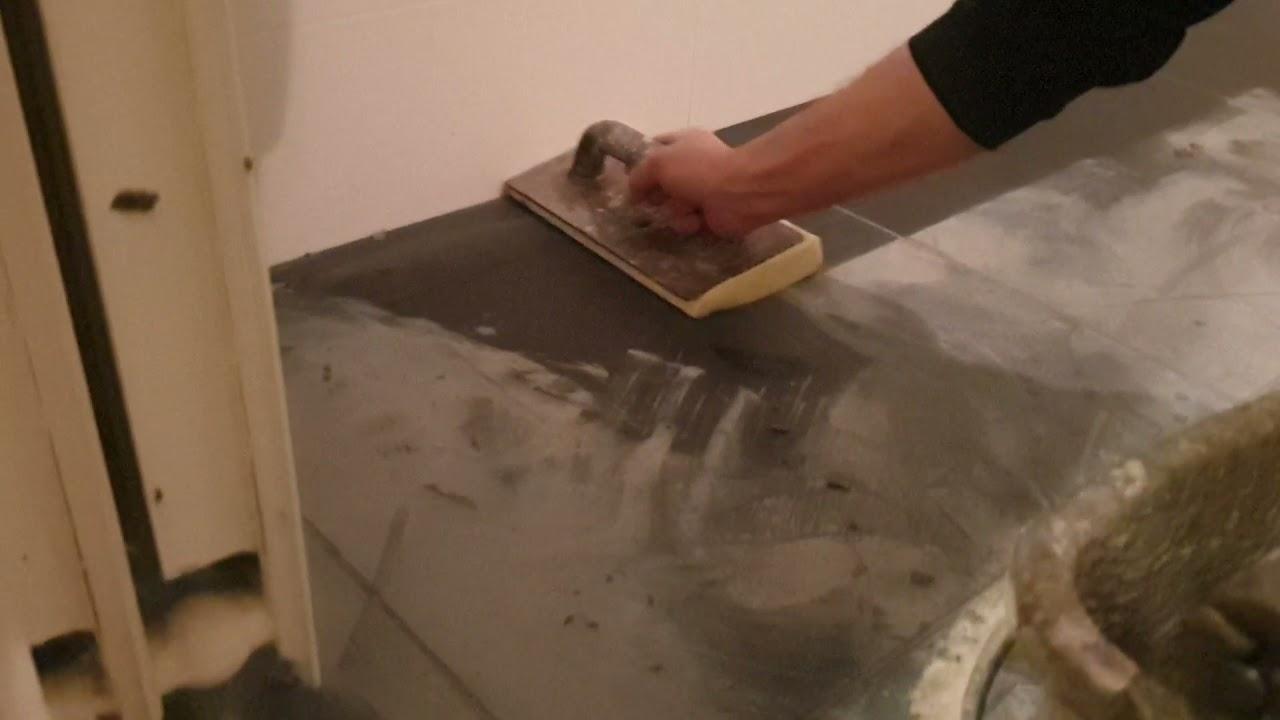 waterdicht invoegen van grote tegels in badkamer