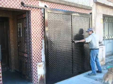 Port n chapa estampada gemaa herrer a moderna en lan s for Puertas para casas minimalistas