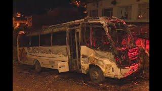 Jóvenes ingresaron a la fuerza a un parqueadero y quemaron un bus - Ojo de la noche