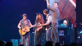 Keith Urban and Lady Antebellum sing