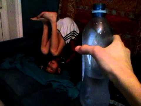налил воду на трусики спящей сестре