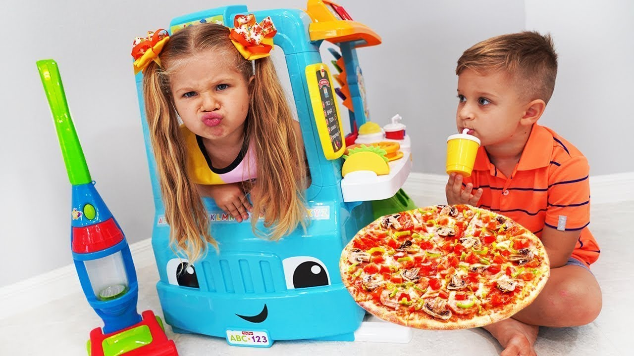 Diana brinca com Food Truck de brinquedo para crianças