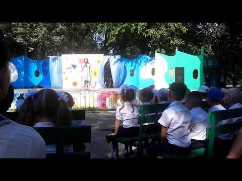 видео: Любимая песня из детства. Очень красиво поет. День знаний. Бесплатный праздник для первоклашек.Тутси