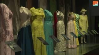 بالفيديو.. الملكة إليزابيث تعرض ملابسها للجمهور