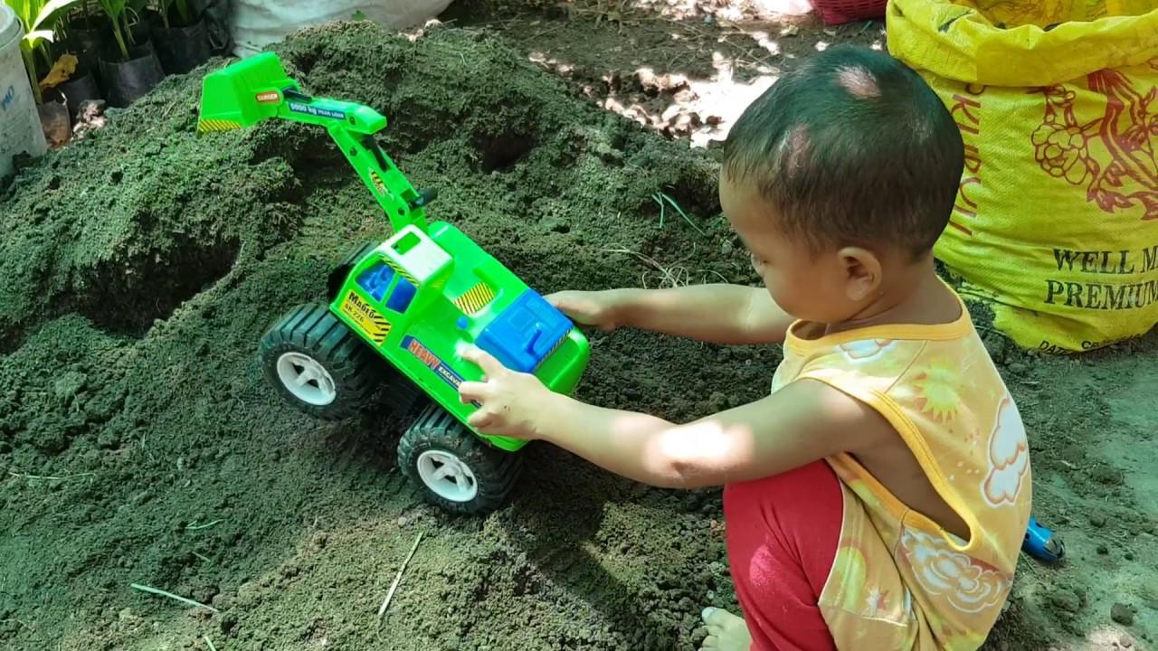 น้องปาล์มเล่นรถแมคโคขุดดิน