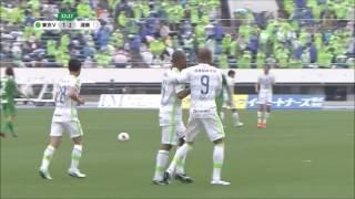 敵陣でボールを奪った湘南が左サイドを攻略すると、最後は相手GKの弾い...