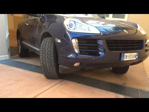 Porsche Cayenne 4.8 S (385 cv) impegnato su rampa di uscita garage