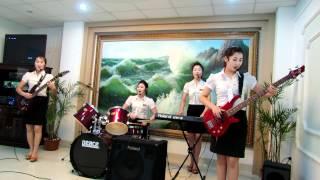 Biểu diễn văn nghệ tại nhà hàng Bắc Triều Tiên Ryu Gyong ở Hà Nội