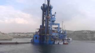 قناة السويس الجديدة: فيديو حصرى لعامل كراكة يمشي على مياه قناة السويس