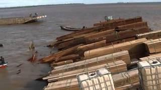 Balsa cheia de madeira afunda em frente a orla de Icoaraci