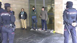 Irrumpen para protestar contra el TAV en una jornada ferroviaria
