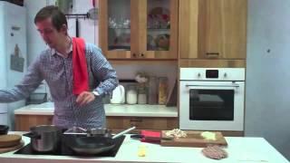 Мясные колбаски с картофельным пюре и грибным соусом