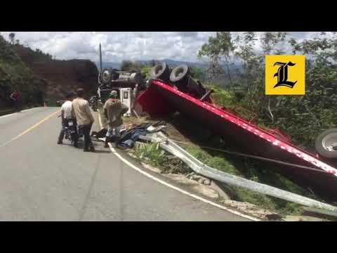 Resultado de imagen para Video: Camión cargado de fertilizante se vuelca