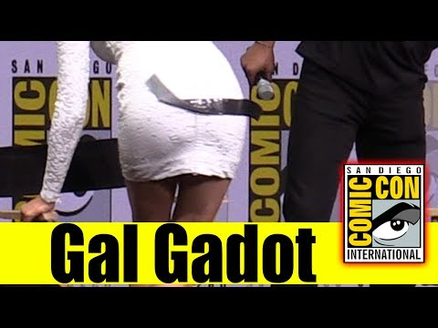 GAL GADOT Got Tape Stuck on Her Butt During JUSTICE LEAGUE Panel | Comic Con 2017