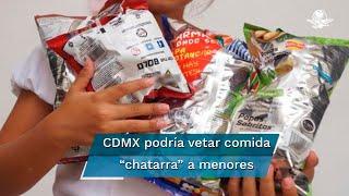 """Claudia Sheinbaum comentó que analiza la iniciativa que se aprobó en el Congreso de Oaxaca para prohibir la venta de bebidas azucaradas y alimentos """"chatarra"""" a menores de edad"""