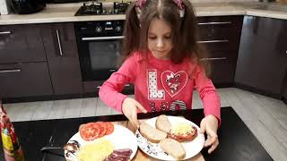 Ева готовит горячие бутерброды