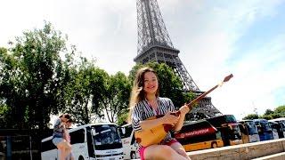 Казашка играет на домбре в Париже