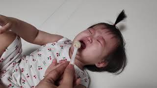 분유달라고 시위하는 아이