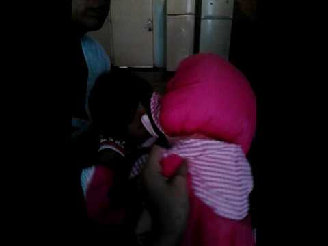 Mi hermanita peleando con su muñeca