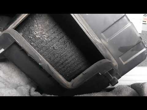 ในรถมีกลิ่นเหม็นฉี่หนู เหม็นอับ แต่ความเย็นยังใช้ได้อยู่สภาพนี้ต้องถอดล้างแอร์ครับ