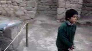 Перу. недалеко от Cusco. Мальчик в храме воды.(Перу. Священная долина. Недалеко от Куско - древней столицы инков. Древний храм воды. Мальчик поет песню..., 2008-01-20T22:35:08.000Z)