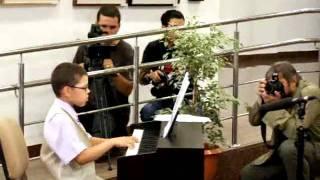 ARE IMPLANT COHLEAR SI CANTA LA PIAN DANNY LUNGU - Video Incredibil - Trilulilu.flv