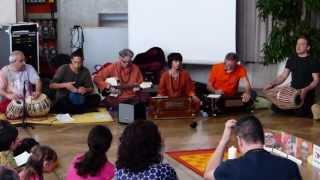 JAYA DEVI MA Kirtan - Alfred  e Sw. Gayatri Shakti Saraswati- Yoga Meeting Merano ITALY