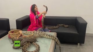 Una cantante pakistaní 'amenaza' al primer ministro indio con serpientes