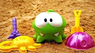 Om Nom juguetes. Juegos en la playa. Vídeo infantil.