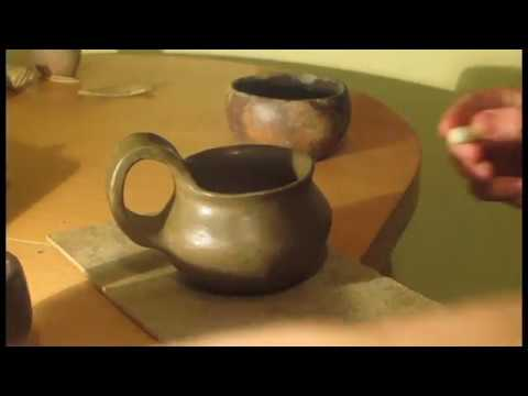 Burnishing a small thracian mug