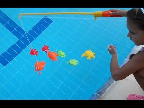Balık avına çıktık . Havuzda Balık tutmaca oynadık.. Eğlenceli çocuk videosu