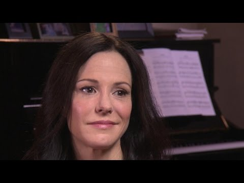 """Weeds"" star Mary-Louise Parker unveils her hot new memoir, ""Dear Mr. You"""