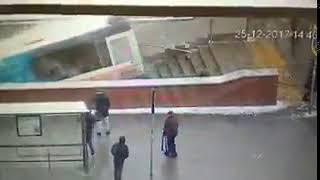 ¡Terrible! Autobús atropella a transeúntes en el ingreso del metro de Moscú