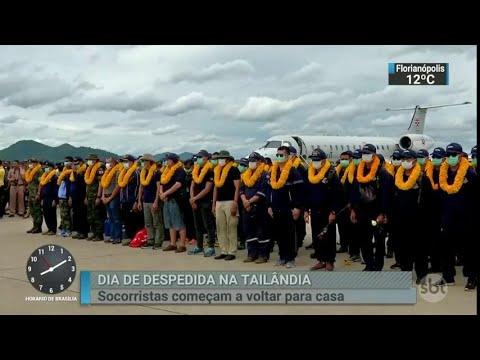 Mergulhadores que ajudaram em resgate na Tailândia deixam o país | SBT Brasil (12/07/18)