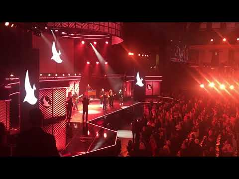 Reba McEntire singing Back To God to close out the 2017 Dove Awards